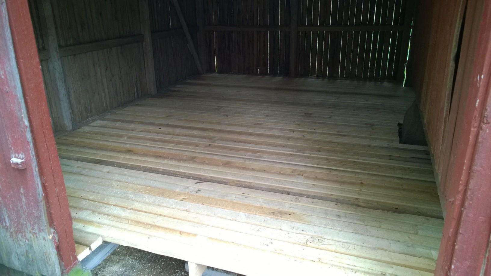 Ladon lattia valmiina TEPE-kivien päällä